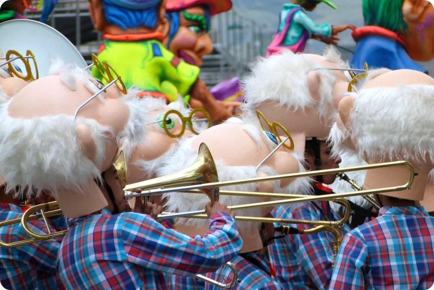 cabezas de einstein con trompetas en el carnaval de Pasto