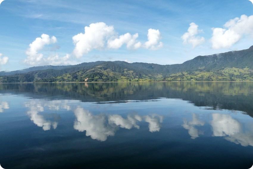 nubes reflejandose en la laguna de la Cocha de Pasto