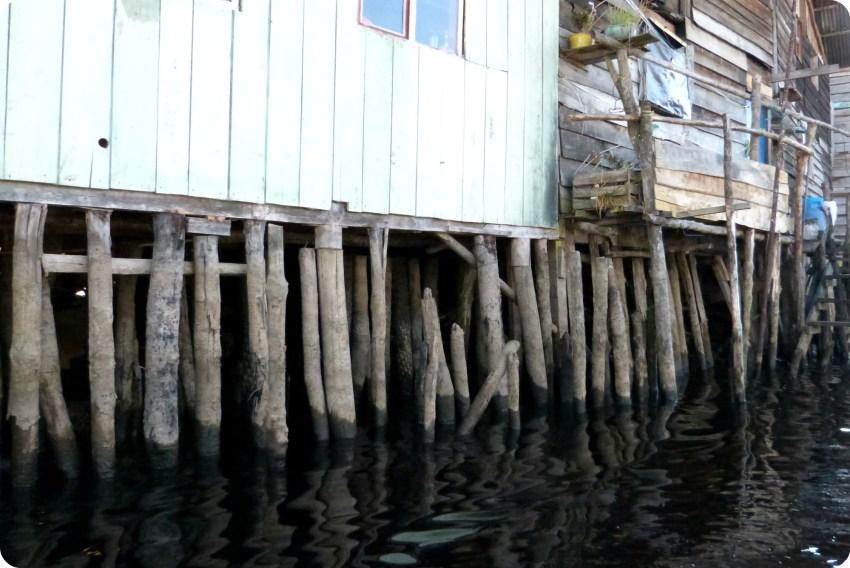 pilotis d'une maison de la lagune de la Cocha à Pasto