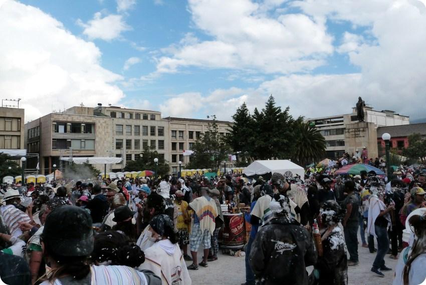 gente en la plaza Nariño durante el carnaval de Pasto