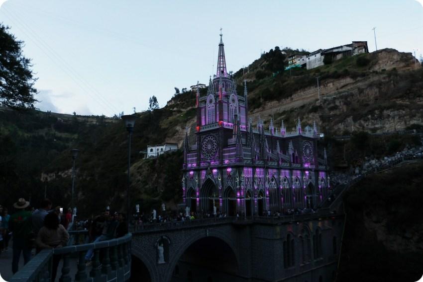 Le Santuario de las Lajas de Ipiales en violet