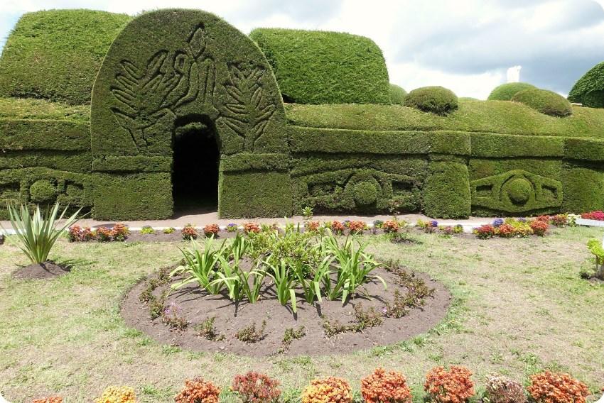 arco en cipres en el cementerio de Tulcán