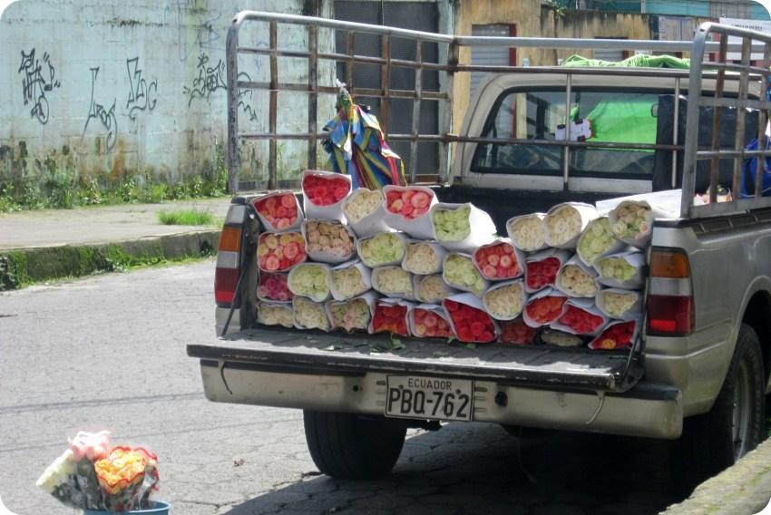 caro lleno de ramos de flores en Santo Domingo de los Colorados