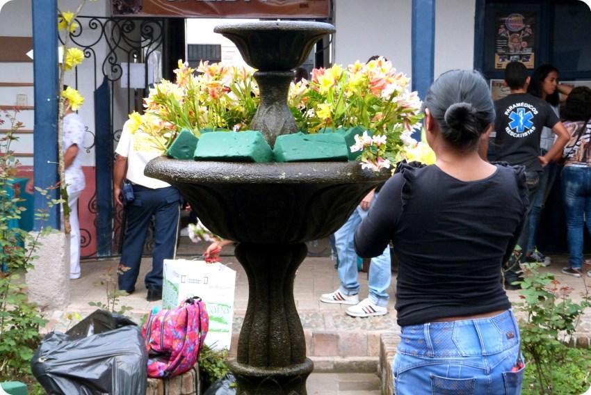 flores en la fuente del patio de la casa de la cultura de Popayán