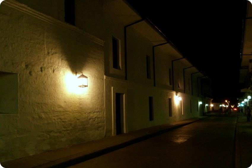 Casas blancas del centro histórico de Popayán de noche