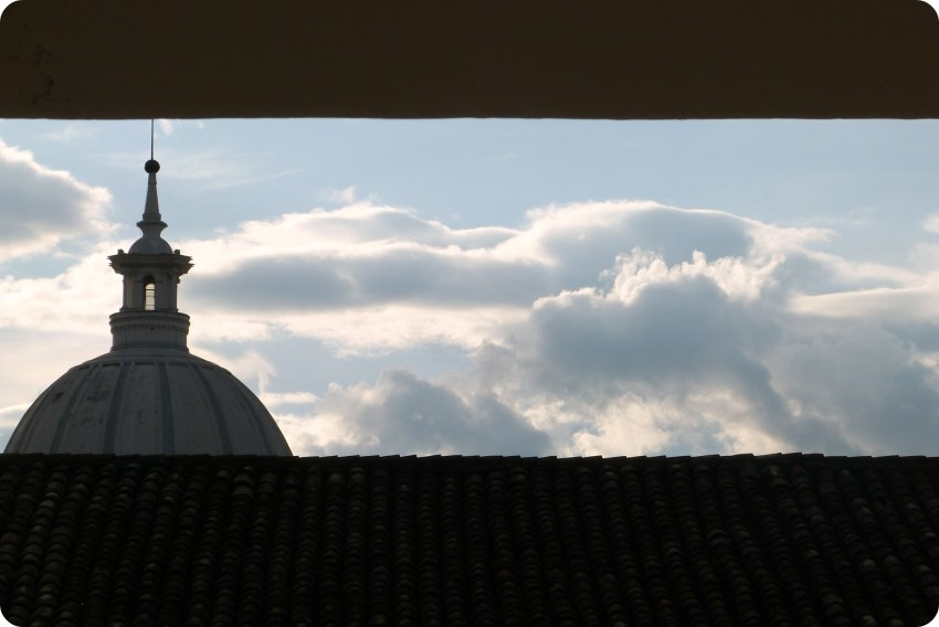 Vista de la Catedral de Popayán entre los techos de la ciudad desde el Colegio Mayor del Cauca