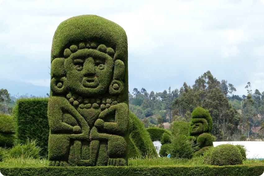 figura verde en el cementerio de Tulcán
