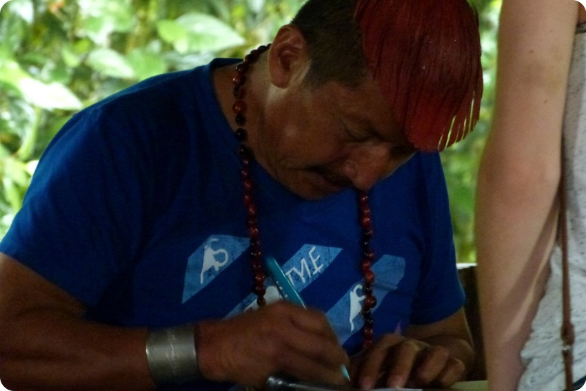 Hombre Tsachila escribiendome el nombre de las joyas en Santo Domingo de los Colorados