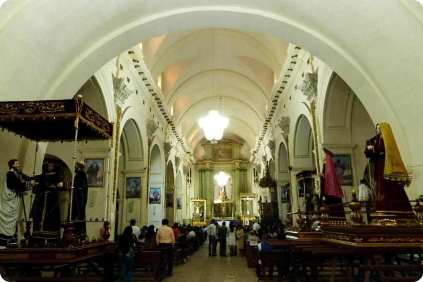 intérieur de l'église San Francisco de Popayán durant la Semana Santa