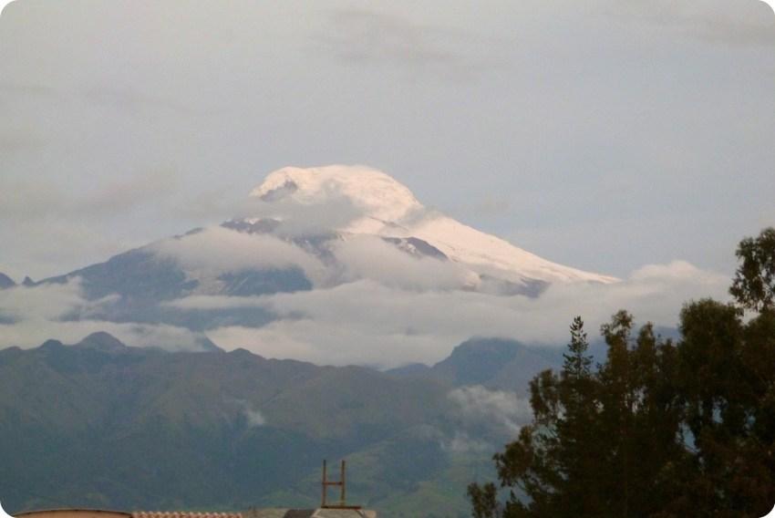 nieve en la cima de una montaña en la ruta entre Tulcán y Quito