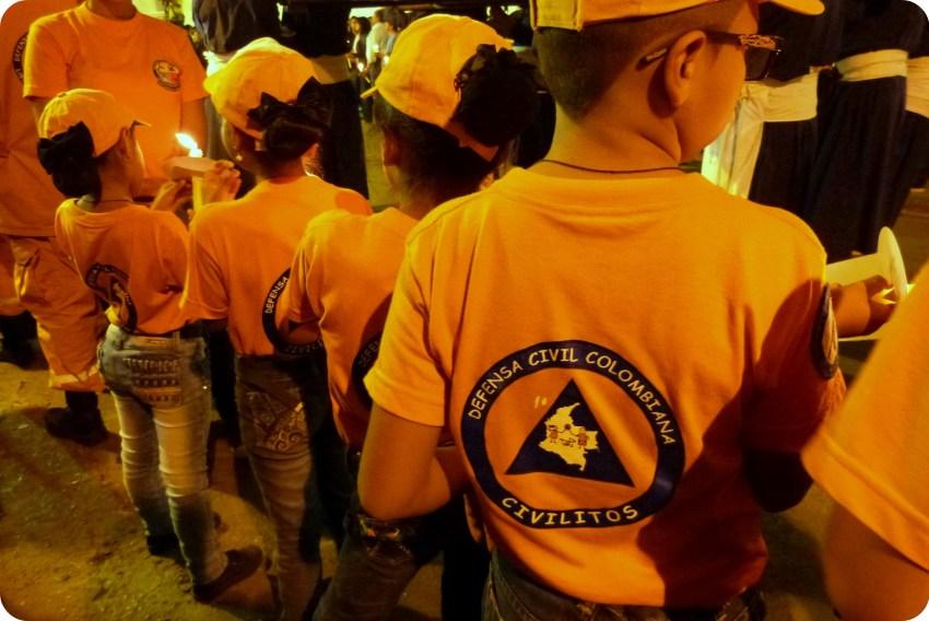 Niños de espalada en el desfile del martes santo durante la Semana Santa de Popayán