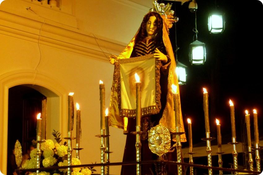 paso del desfile del martes santo durante el desfile de la Semana Santa de Popayán