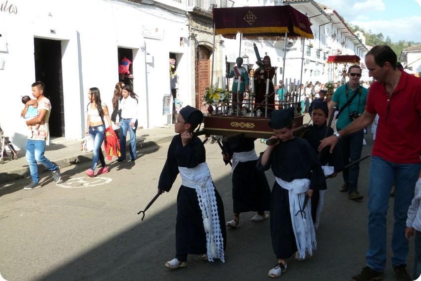 pequeños cargueros durante la procesión chiquita de la Semana Santa de Popayán
