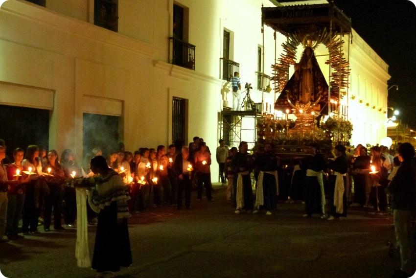 sahumadora devant le paso de la dolorosa pendant le défilé du mardi saint durant le défilé de la Semana Santa de Popayán