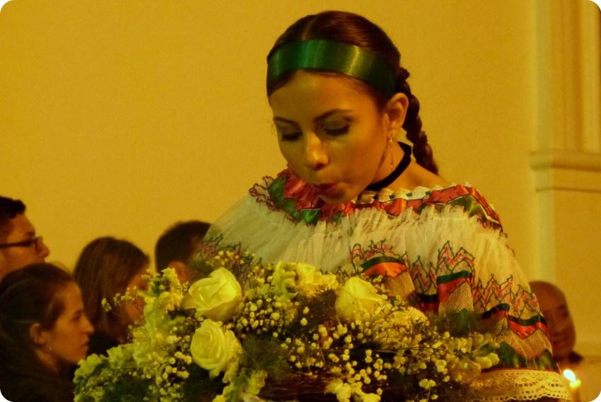 sahumadora soplando en incienso en el desfile del martes santo durante la Semana Santa de Popayán