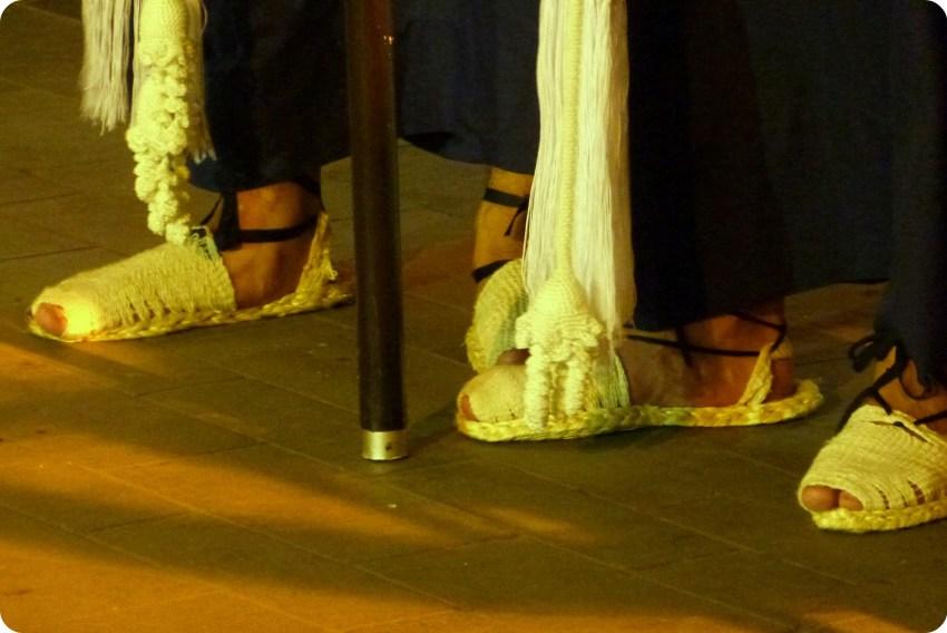 sandales en cabuya aux pieds des hommes du défilé du mardi saint durant le défilé de la Semana Santa de Popayán
