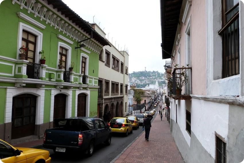 calle con un edificio verde en el centro histórico de Quito