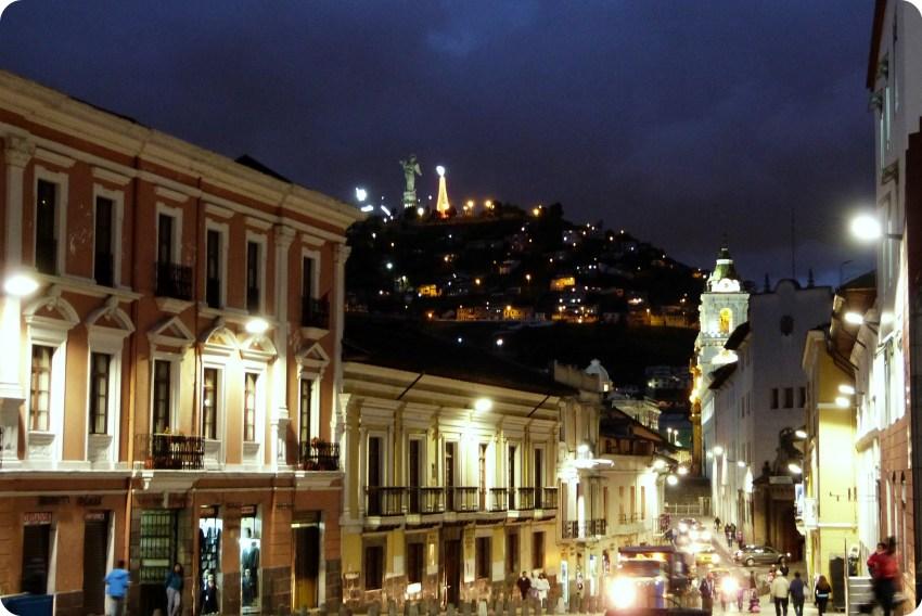 La Virgen de Quito vista desde el centro de Quito de noche