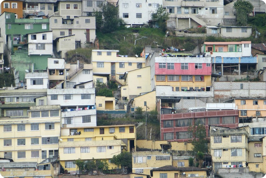 zoom sur les maisons colorées des hauteurs de Quito