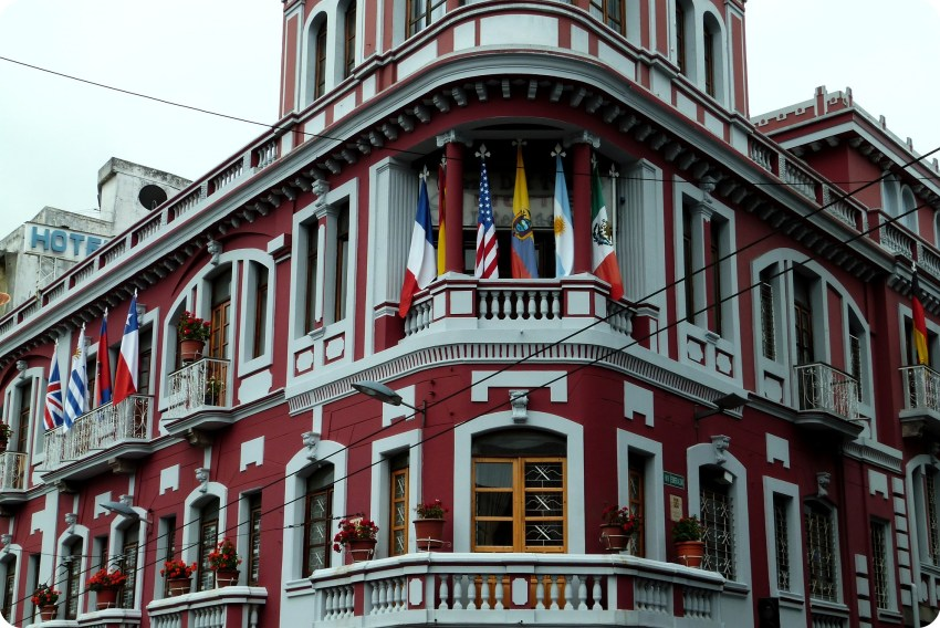 drapeaux flottants sur l'Hôtel Plaza del Teatro de Quito
