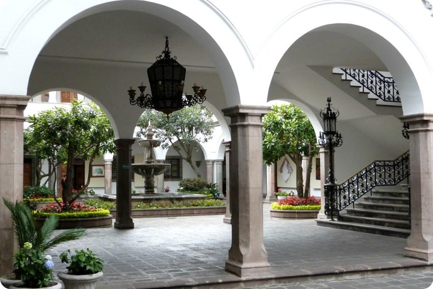 arches du patio du Palacio Presidencial de Quito