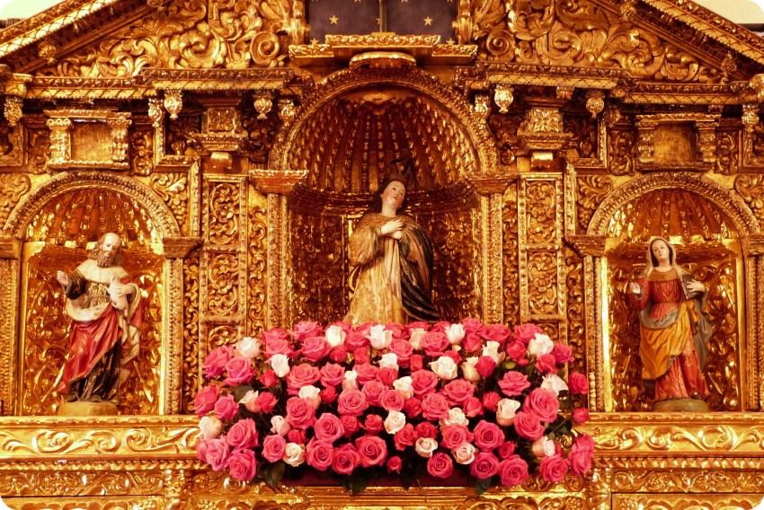 Zoom en las flores de la capilla del Palacio Presidencial de Quito