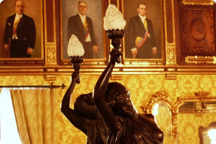 Estatua con una lámpara en la mani en una sala del Palacio Presidencial de Quito
