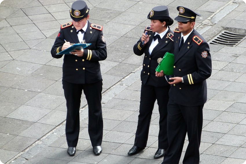 3 policiers sur la Plaza Grande de Quito