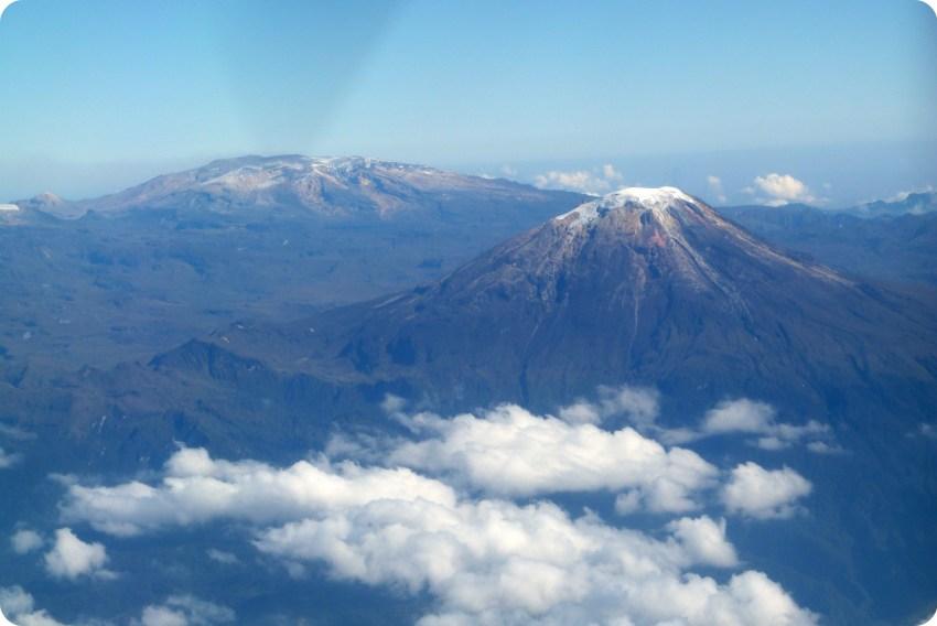 vista de una montaña con nieve desde el avión entre Popayán y Bogotá