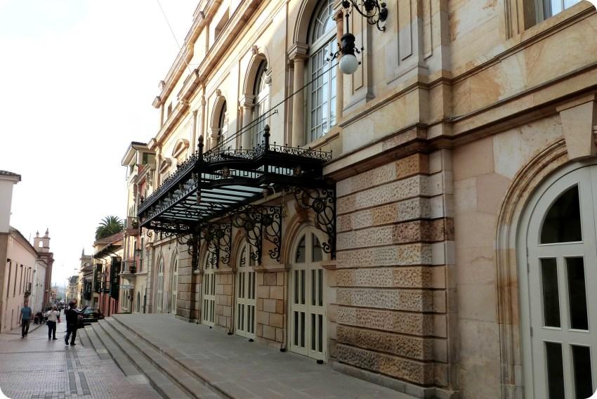 calle de Bogotá con el Teatro Colón en el lado