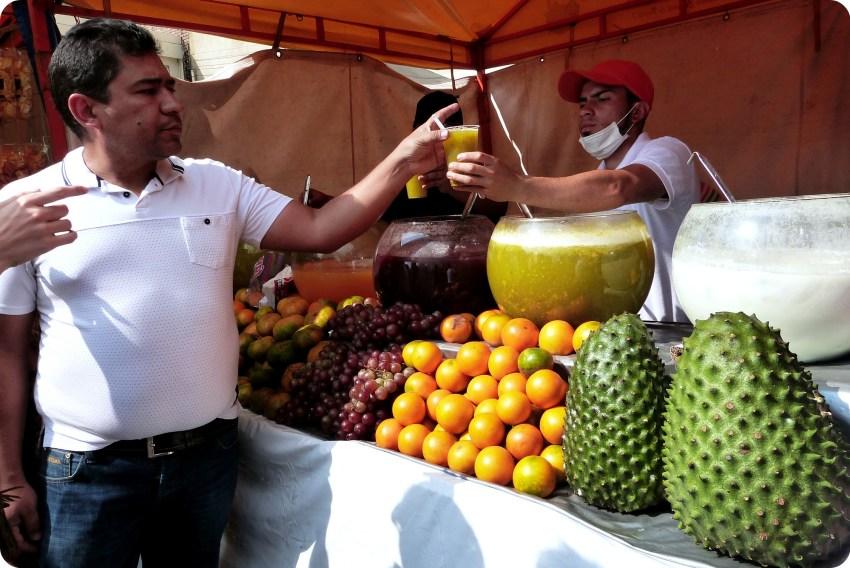 jugo servido en el Mercado de las Pulgas de San Alejo en Bogotá