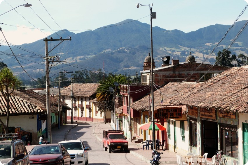 rue du centre de Nemocón avec vue sur la montagne