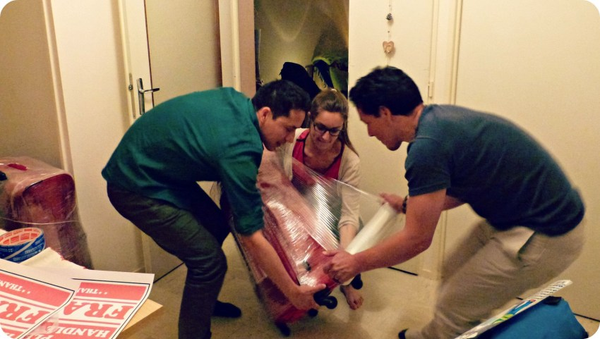 Charlène, Charles y su hermano Franco, empacando las maletas