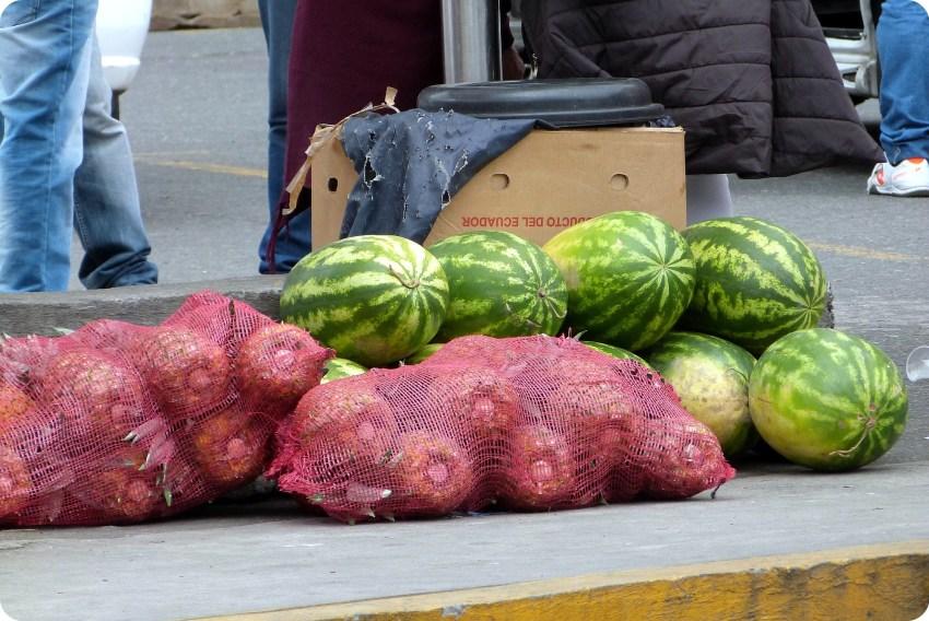 piñas y sandías vendidos en la frontera Ecuador - Colombia