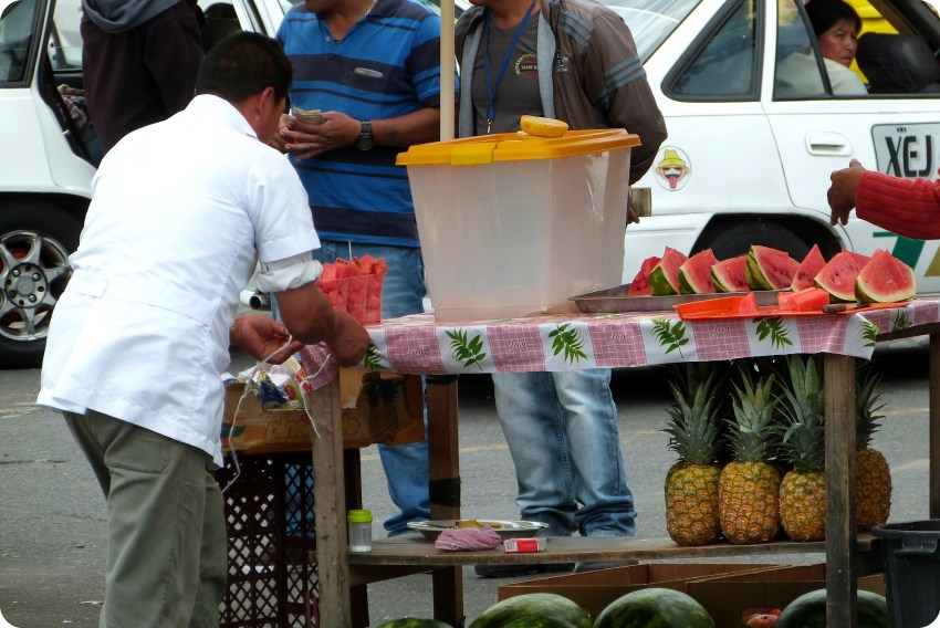 vendedor de frutas en la frontera Ecuador - Colombia