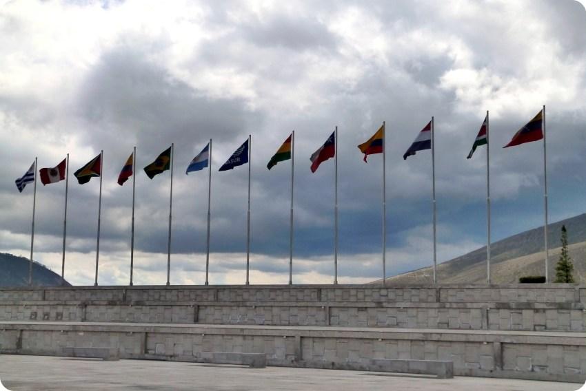 banderas de los estados de America del Sur en la unasur cerca de la Mitad del Mundo de Quito