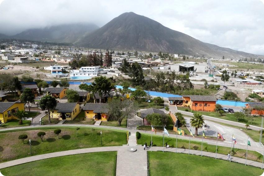 Vista hacia el norte desde el monumento de la Mitad del Mundo de Quito