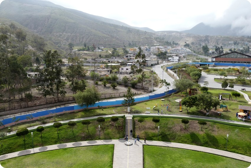 Vue vers l'ouest depuis le monument de la Mitad del Mundo de Quito