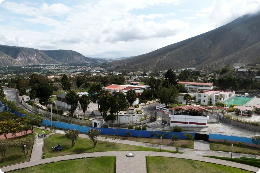 Vista hacia el sur desde el monumento de la Mitad del Mundo de Quito