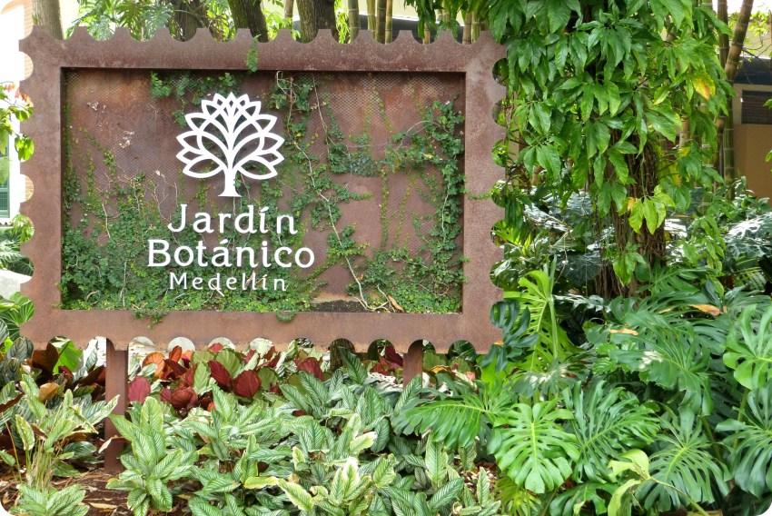cartel en la entrada al jardin botanico de Medellín