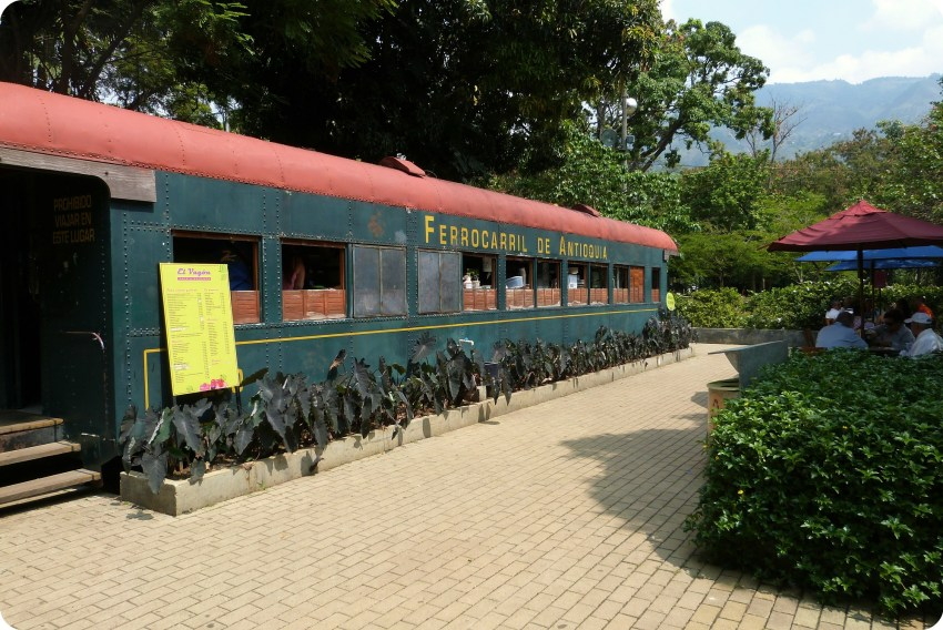vagón de un tren transformado en un restaurante en el jardín botánico de Medellín
