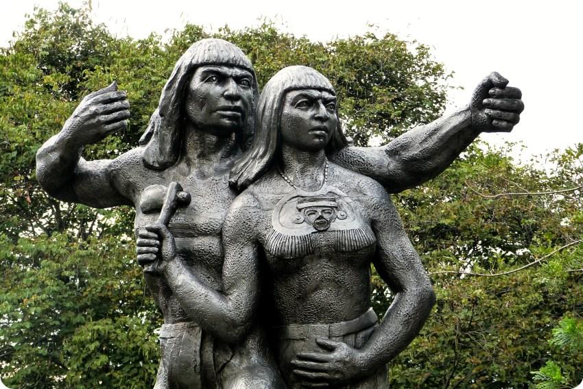 Escultura del un cacique en el Pueblito Paisa de Medellín