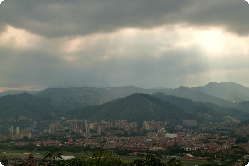 Rayos del Sol a traves de las nubes sobre la ciudad de Medellín desde el Pueblito Paisa