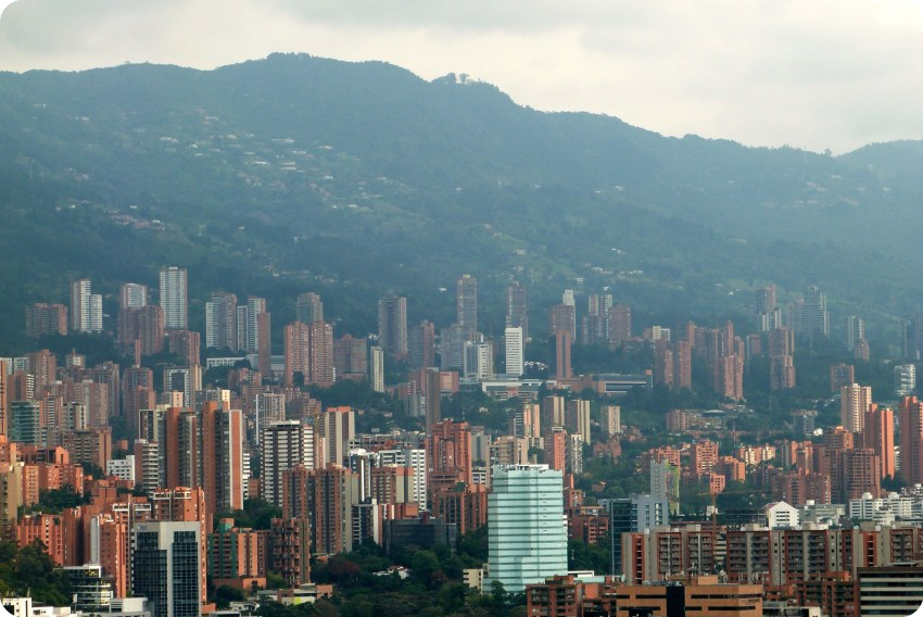 vue sur les immeubles de Medellín depuis le Pueblito Paisa
