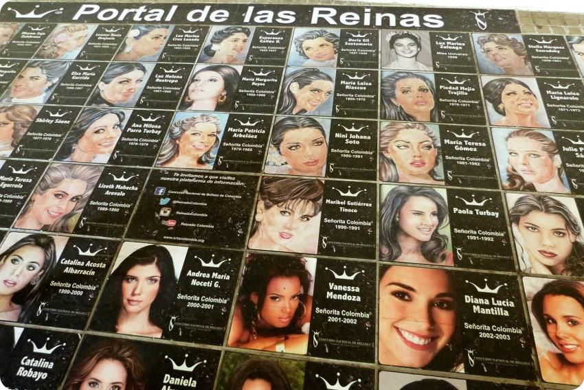 dibujos y fotos de las reinas de Colombia en el suelo del Parque Bolívar en Cartagena