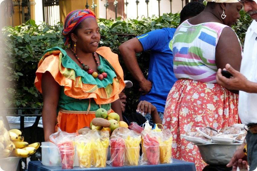 vendedora de frutos cortados y listos para consumir en el centro de Cartagena