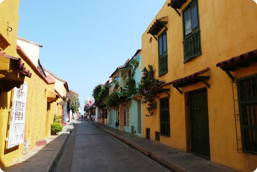 casas en una calle muy colorida (amarillo, azul) de Cartagena