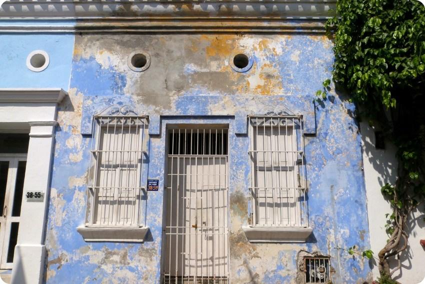casa azul muy decrépita en Cartagena