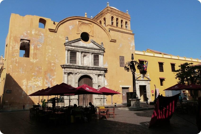 edificio amarillo un poco deteriorado: lel convento santo domingo, en una plaza de Cartagena