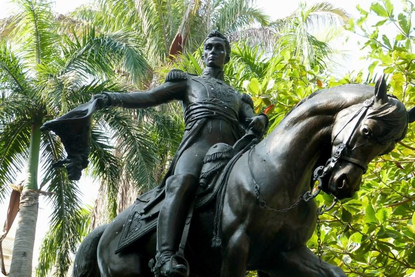 imponente estatua de Simón Bolívar sobre su caballo y quitando su sombrero en el Parque Bolívar en Cartagena